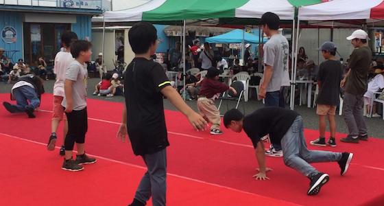 イベントで踊る生徒