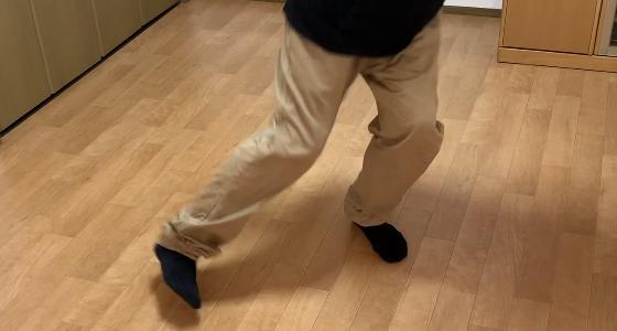 右脚を右斜め前に蹴り出す