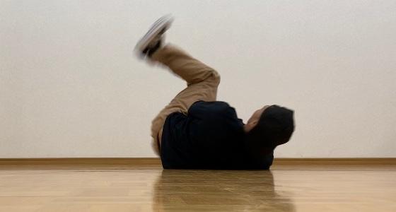仰向けになりつつ左脚の下を右脚を通して抜く