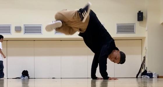 フットワークを映えさせるために立ち踊りや倒立系の動きも取り入れて踊る